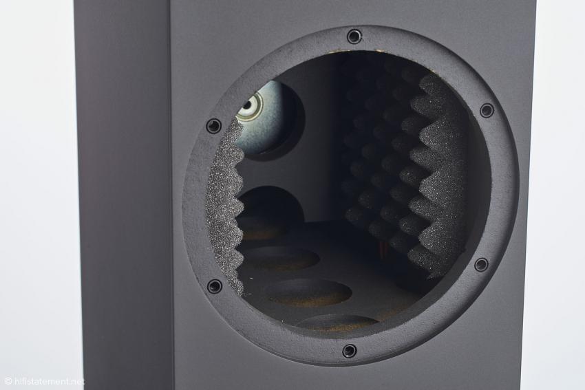 Ein Blick ins Gehäuse zeigt, wie ordentlich bei Amphion gearbeitet wird. Sauber versteift, bedämpft und mit Gewindehülsen für die Aufnahme der Schrauben der Passivmembran versehen