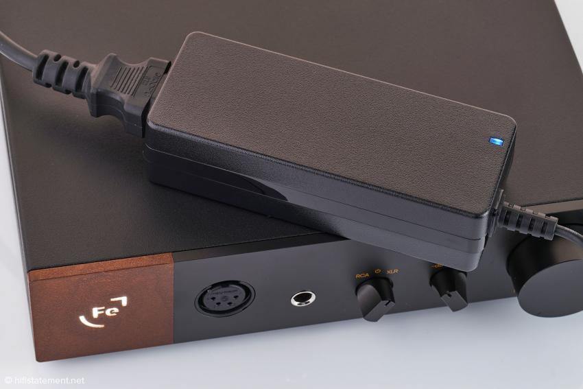 Der Kopfhörerverstärker wird mit diesem externen Schaltnetzteil ausgeliefert