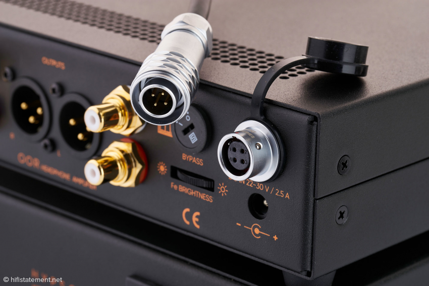 """Wird OOR über diese Steckverbindung mit Ferrums Hybrid-Netzteil Hypsos verbunden, regelt dessen """"4-Terminal-Sensing Design""""-Schaltung die Spannung auf der Hauptplatine des Kopfhörerverstärkers auf exakt 24 Volt aus"""