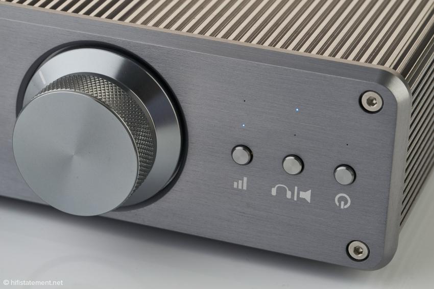 Mit der Taste links lassen sich zwei Verstärkungsstufen für den Kopfhörerverstärker wählen, mit der mittleren zwischen Kopfhörer- oder Verstärker-Betrieb umschalten und mit rechten wird der Funk ein- und ausgeschaltet