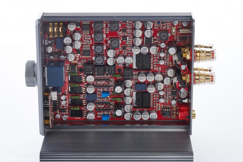 Die Aufbereitung des Eingangssignals übernehmen für den Voll- und Kopfhörer-Verstärker jeweils eigene Operationsverstärker