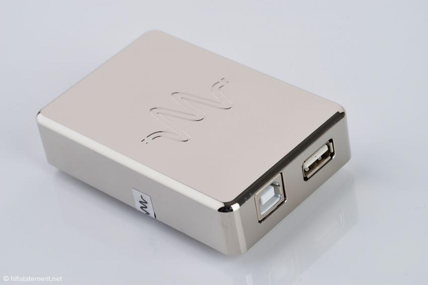 Der USB-Isolator-Ext1: Ihm liegt wie den beiden anderen ein kurzes Anschlusskabel für das nachgeschaltete Gerät bei