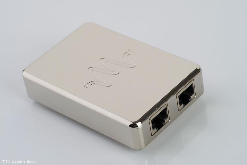 Beim LAN-Isolator-Ext1 werden acht Drähte um eine Art Spulenkern geführt, um das Signal mit einer patentierten elektromagnetischen Technologie von Hochfrequenzstörungen zu säubern