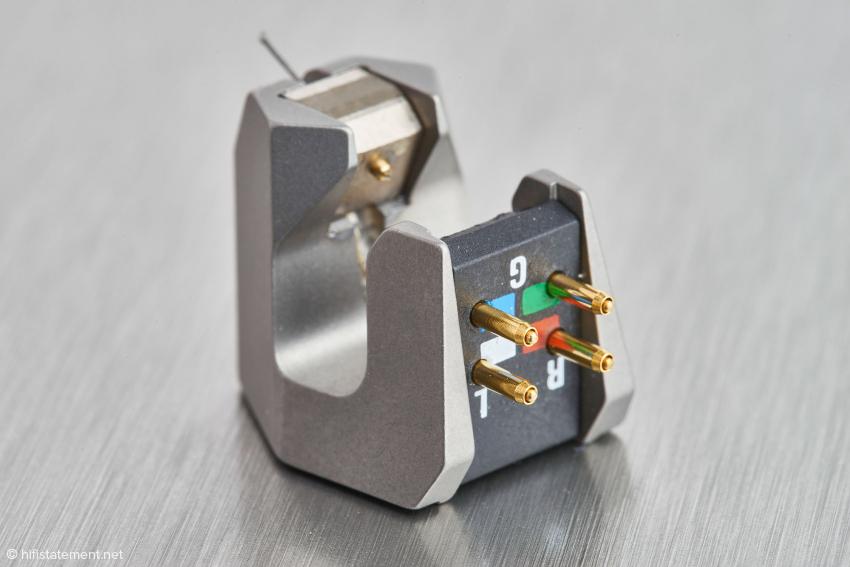 Die Anschlussdrähte werden nicht mit den Terminals verlötet, sondern durch die goldenen Einsätze mit ihnen verpresst: eine korrosionsbeständige Langzeitlösung