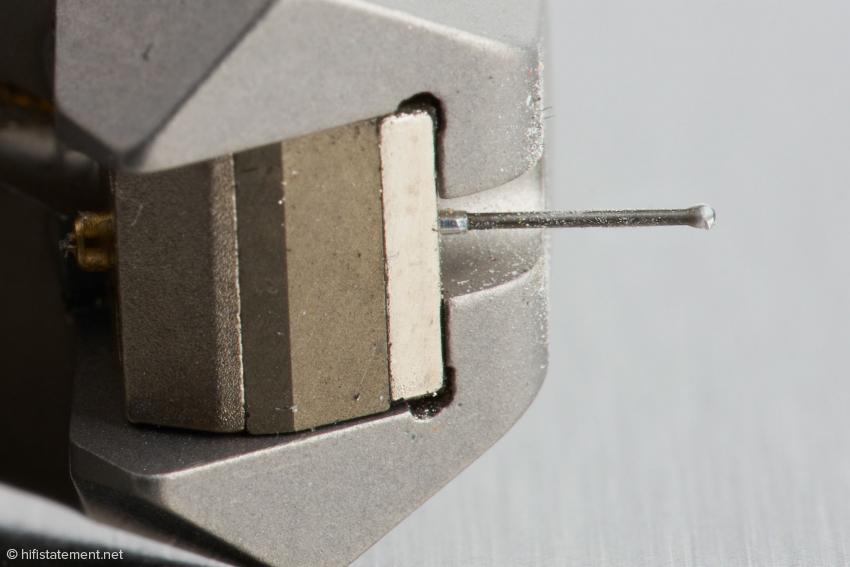 Eine Metallhülse verbindet den Diamant-Nadelträger mit dem Kreuz, auf das die Spulen gewickelt werden